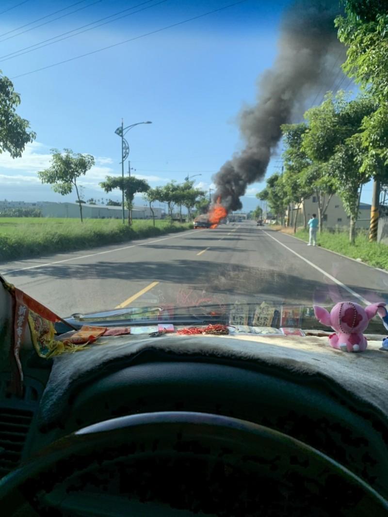 雲林縣莿桐今天早上發生燒車事件,疑似車禍引起。(民眾提供)