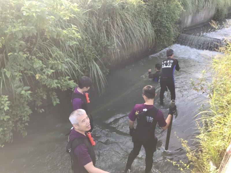 消防隊員沿著桃園大圳搜尋彭姓老翁。(記者周敏鴻翻攝)