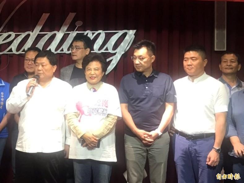 顏清標(左1)的姪子傳出輕生。(記者張軒哲攝)