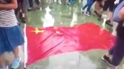 氣炸!五星旗又遭羞辱 央視主播:香港該「排毒」了