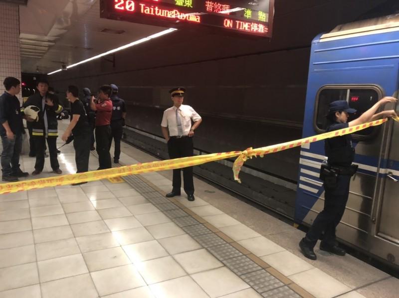 南港車站一名婦人遭台鐵區間車撞擊命危,警方封鎖現場調查中。(記者姚岳宏翻攝)
