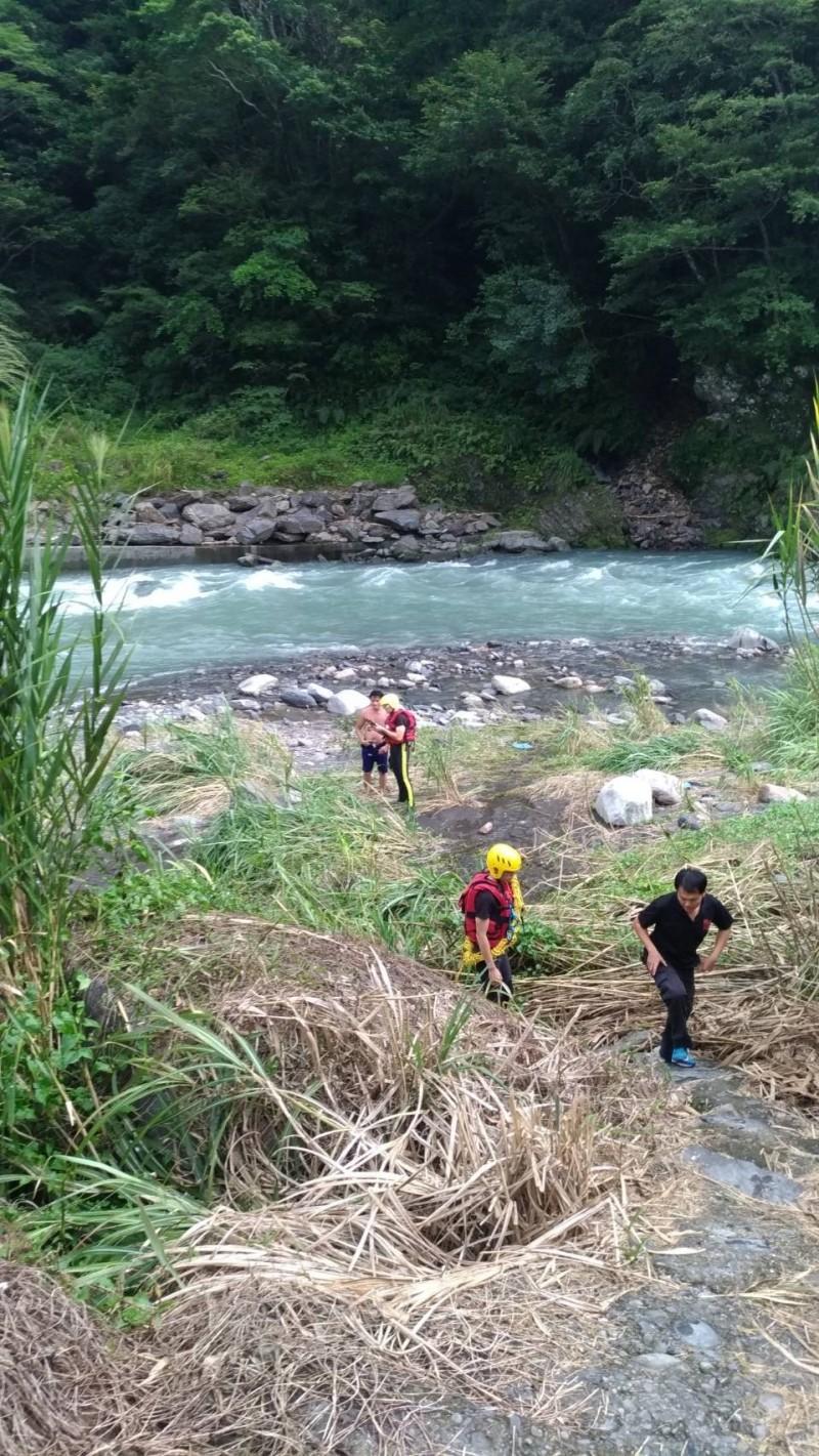 新北市消防局派員沿溪谷搜尋簡小弟的下落。(記者徐聖倫翻攝)