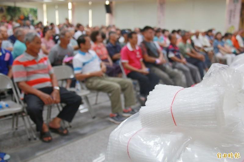 社頭農會首度提供套袋補助,吸引不少農民到場聆聽申請方式。(記者陳冠備攝)