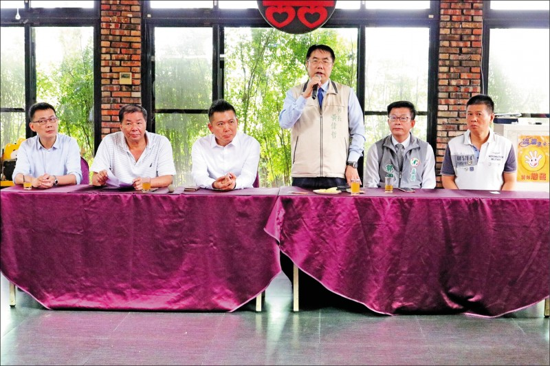 市長黃偉哲(右三)表示,台南這次選情正處在內外交迫的危急邊緣,絕不能分票。(民進黨台南市黨部提供)