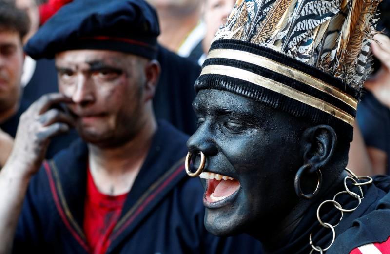 比利時25日舉辦「Ducasse d'Ath」民俗慶典,引起反種族歧視團體抨擊。(路透社)