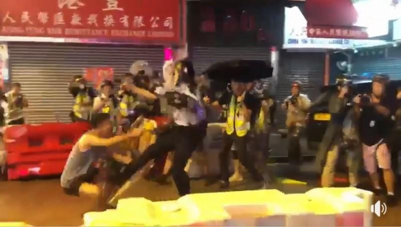 在一片混亂中,面對有港民跪地阻攔,有員警竟選擇直接將他踹倒在地。(圖擷自《PassionTimes 熱血時報》臉書)