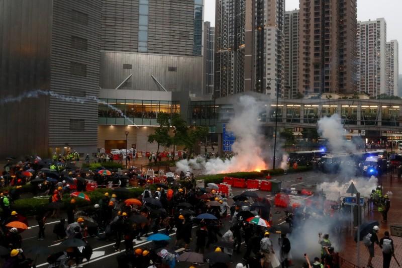 香港825荃灣遊行再爆警民流血衝突,警方出動火砲車、催淚彈清場。(路透)