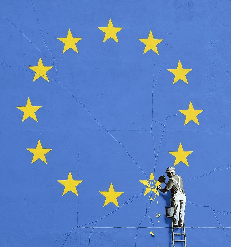 班克斯(Banksy)2017年在英國多佛(Dover)繪製了諷刺脫歐的壁畫。(歐新社)