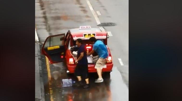 有2名男子坐計程車到現場,拿出鐵棍攻擊示威者及市民。(圖擷取自FB@Terence So)