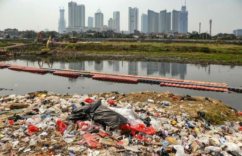 印尼最大城雅加達人口約1200萬,但因缺乏城市規劃,其交通混亂、擁擠,同時有下沉危機,印尼政府決定遷都。(法新社)