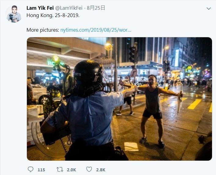 美國網路論壇Reddit出現了一張震撼由《紐約時報》記者Lam Yik Fei所拍的照片,昨(25日)晚港警對民眾開真槍時,一名大叔無畏地站在前方攔阻。(圖擷取自Lam Yik Fei推特)