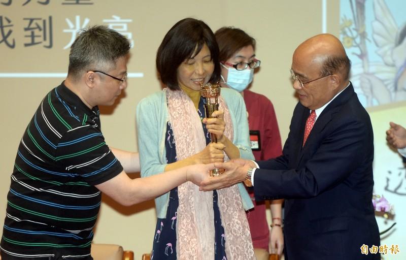 行政院長蘇貞昌(右)頒發金鼎獎「特別貢獻獎」給兒童文學作家幸佳慧(中),表彰她對兒童權益的關懷,及對台灣社會前進的貢獻。(記者林正堃攝)