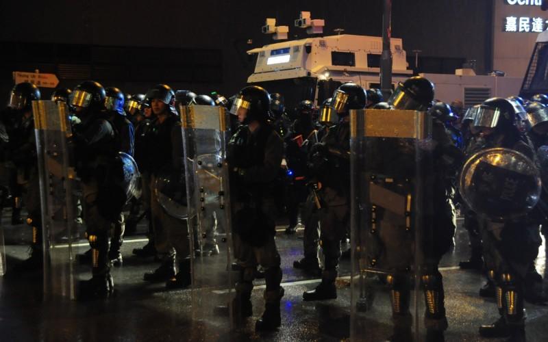 香港6月9日爆發「反送中」示威至今78天,關於北京對港局勢定調,體制內人士近日透露,當局現有鷹、鴿派之爭。圖為香港網友25日發起荃葵青遊行,之後再度演變為警民衝突。(中央社)