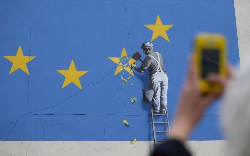 班克斯的塗鴉作品被視為英國「脫歐」的象徵,並成了多佛的知名地標和景點。(法新社)