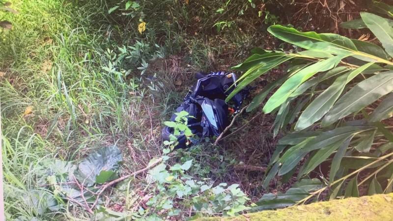 139線20K昨天傳出少年無照騎車衝山谷摔骨折,機車也摔爛。(記者湯世名翻攝)