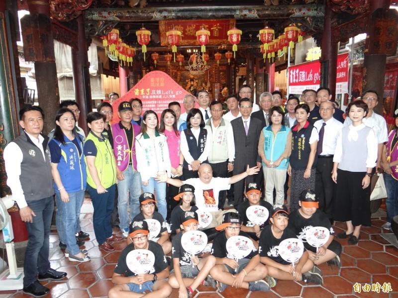 台南檢警調政風與六大選區的立委參選人及助理代表出席市區城隍廟簽署反賄選宣言。(記者王俊忠攝)
