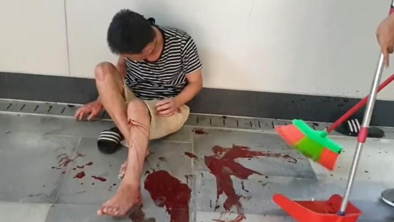 遭遊民刺傷的男子,左腿膝蓋不斷出血,現場血跡斑斑。(記者林嘉東翻攝)