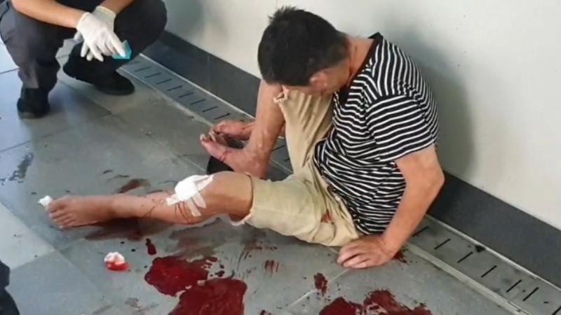 遭遊民刺傷的男子,消防員將他包紮左腿傷勢。(記者林嘉東翻攝)