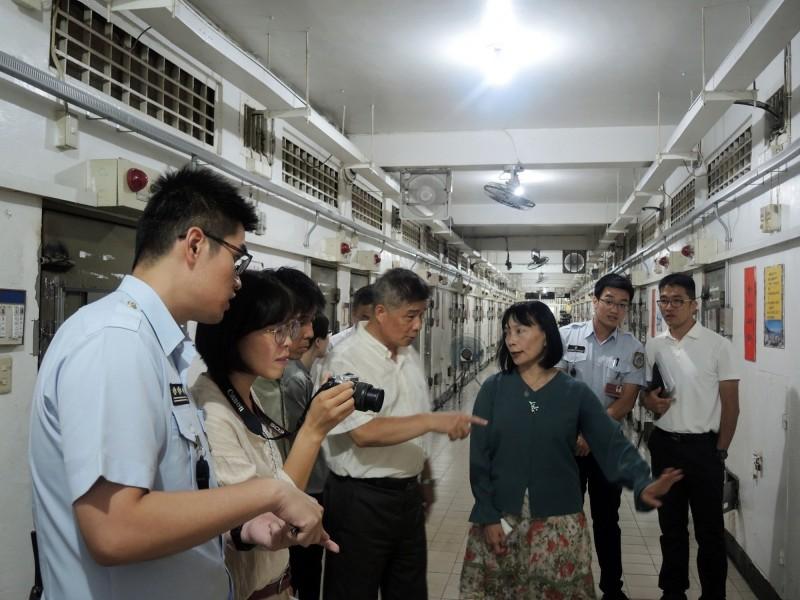 促轉會代理主委楊翠一行人日前到「矯正署台北看守所」進行不義遺址現勘,在所方陪同下了解關押政治犯的房舍位置。。(促轉會提供)