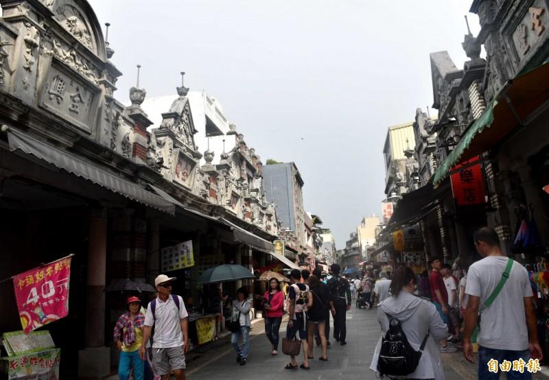 大溪老街拚國際觀光,即日起招募英語步行導覽員60名。(記者李容萍攝)