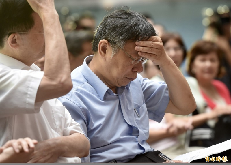 民進黨大老林濁水指出,台北市長柯文哲(圖中)面臨退讚潮,把原因都往外推。(資料照,記者簡榮豐攝)
