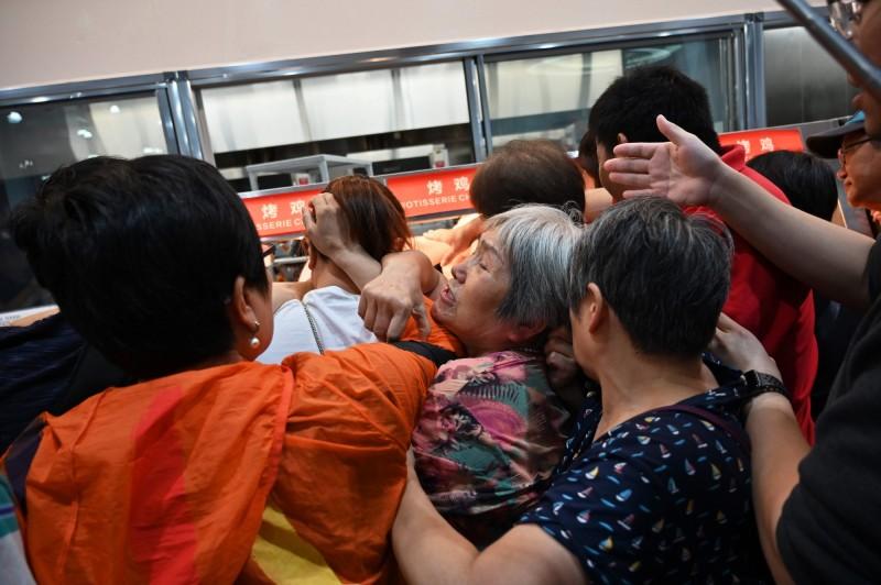 中國上海好市多今(27)隆重開幕,上午就被大批人潮灌爆。圖為顧客正在搶購烤鴨。(法新社)