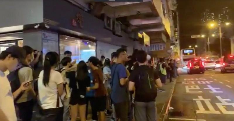 香港糖水店的老闆發放糖水,抗議香港警察濫捕。(圖擷取自《香港獨立媒體網》直播畫面)