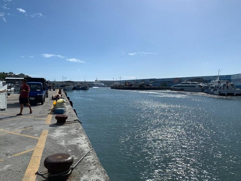 再度漂進的漂流木短短幾小時,再漂出富岡港,今天上午8時許,主要航道幾乎沒有漂流木了。(記者王秀亭翻攝)