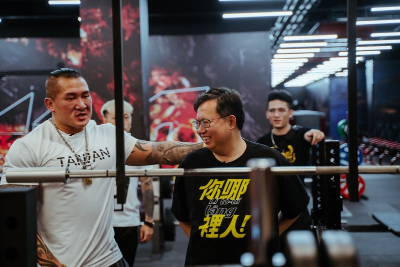「館長」陳之漢(左)指導桃園市長鄭文燦(中)健身。(記者周敏鴻翻攝)