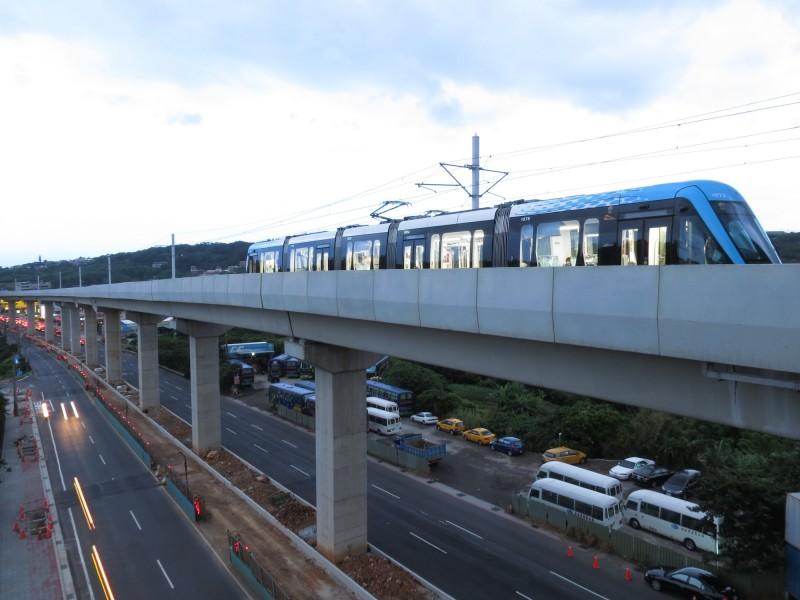淡海輕軌九月起將在下班尖峰時段縮短班距,每小時增加一班列車行駛。(新北捷運公司提供)