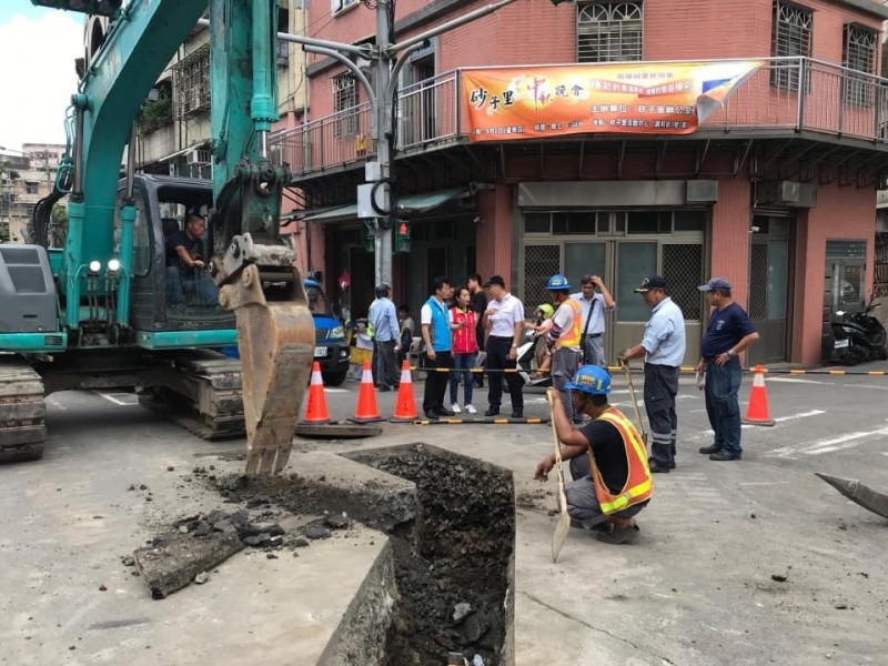 基隆調和街挖破瓦斯管線,1680戶受影響,欣隆瓦斯已派員搶修中,預計傍晚5點前會完成搶修。(市議員藍敏煌提供)