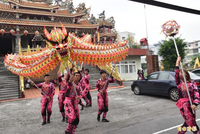 斗南布家龍獅武藝團成員表演舞龍技藝。(記者黃淑莉攝)