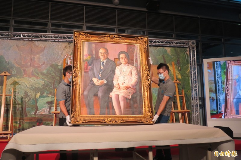 順天美術館館藏首開箱,圖為前輩畫家李梅樹幫創館的許鴻源、許林碖夫婦繪成的肖像畫。(記者蘇孟娟攝)