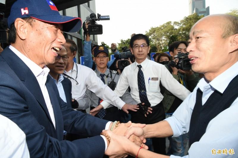 國民黨總統參選人韓國瑜(右)近日支持度下滑,而鴻海集團創辦人郭台銘(左)是否投入2020大選,將影響韓的選情。(資料照,記者張忠義攝)