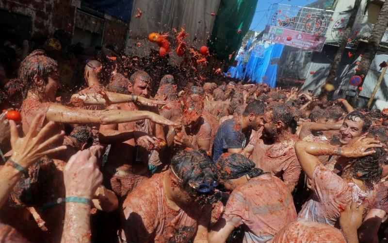 在長達1小時的活動中,來自世界各地的遊客和當地人互投番茄狂歡。(路透)