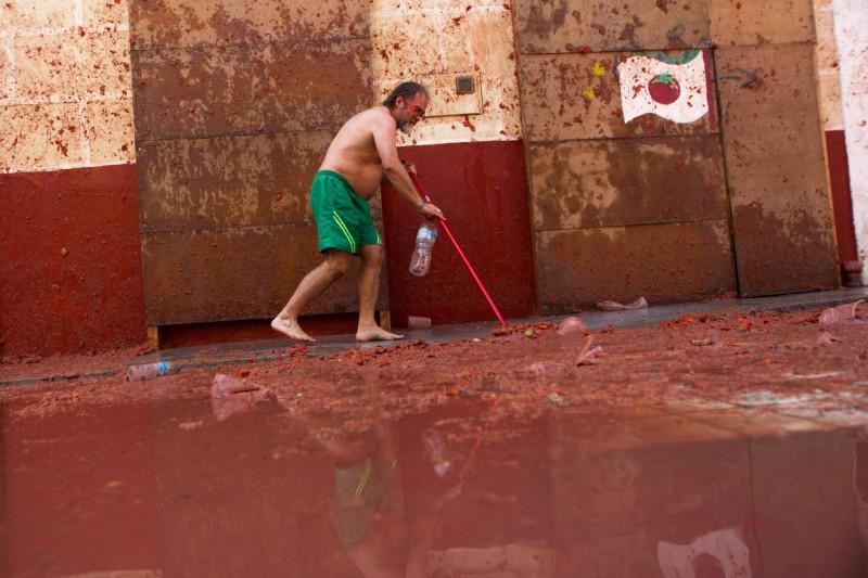 長達1小時的「番茄大戰」結束後,民眾開始清掃街道。(法新社)