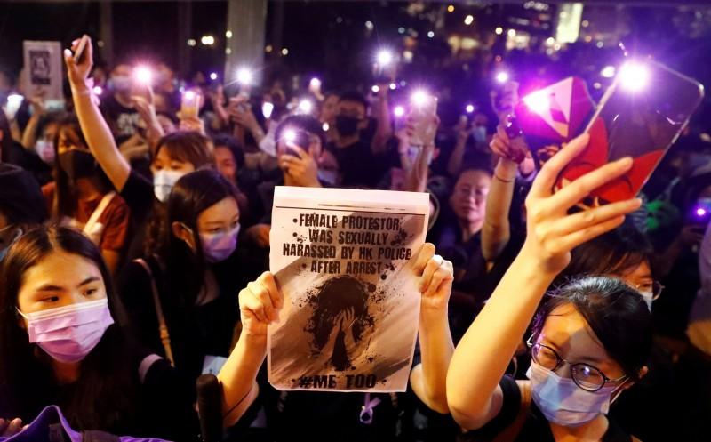 今日下午8點至9點半的「反送中#MeToo」集會,現場不少人繫上紫色絲帶、戴著紫色口罩,抗議警察不尊重女性。(路透)