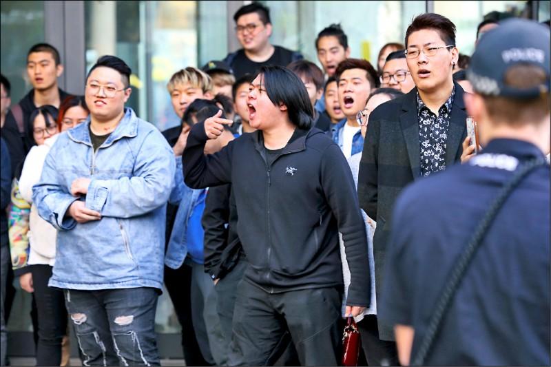 澳洲阿得雷德的南澳大學外,支持中國的學生本月16日對著挺香港反送中抗爭者叫囂。(歐新社)