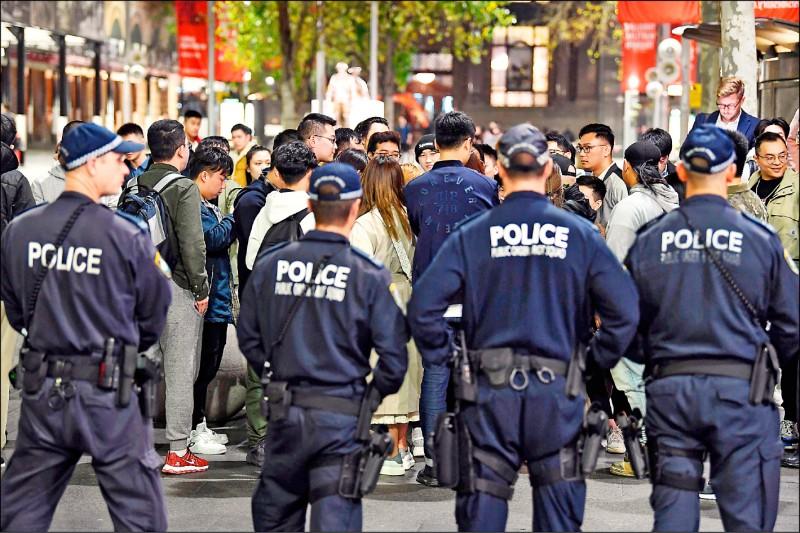 雪梨市警方隔開在市中心馬丁廣場各自示威的挺港反送中運動和支持中國學生。(法新社)