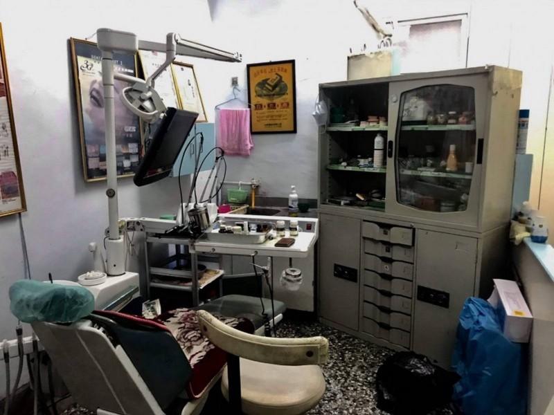 苗栗警方查出,嚴姓密醫診療間衛生環境不佳,設備相當簡陋。(記者彭健禮翻攝)