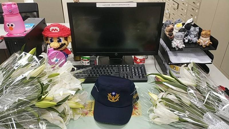 同仁陸續到在薛員的桌上擺上白百合悼念(記者吳昇儒翻攝)