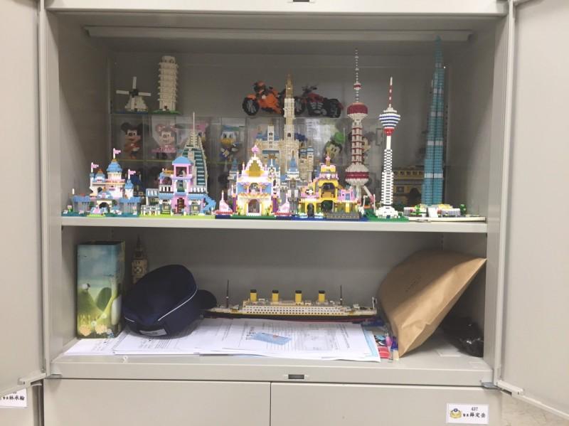 薛員在自己的置物櫃內,擺放積木模型,還曾跟同事說要等結婚後搬到家中擺放(記者吳昇儒翻攝)