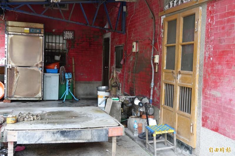 薛定岳老家在彰化伸港,薛父平日以剖蚵維生。(記者劉曉欣攝)
