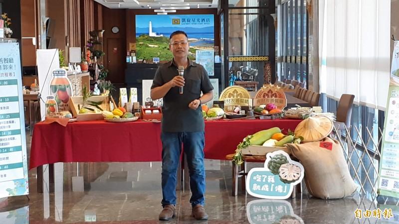 七里坡負責人黃焜林說明從尼伯特風災重生之後,靠友善食材,營業額不亞從前,且愈來愈高。(記者黃明堂攝)