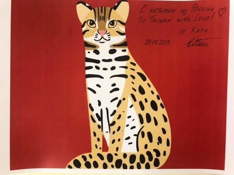 俄羅斯暖心設計師卡佳特地在她原創的石虎插畫圖案上簽名,贈予台灣。(取自駐俄代表處臉書)