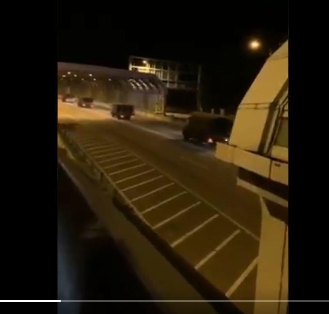 民眾拍到解放軍車進入香港畫面。(圖擷取自tiwwer)