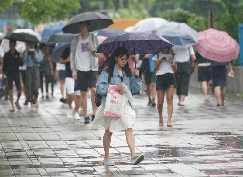 明天(30)水氣增多,天氣轉為不穩定,東半部地區及恆春半島有短暫降雨,午後雷陣雨機率升高,而週末天氣可望回穩。(資料照,記者黃志源攝)