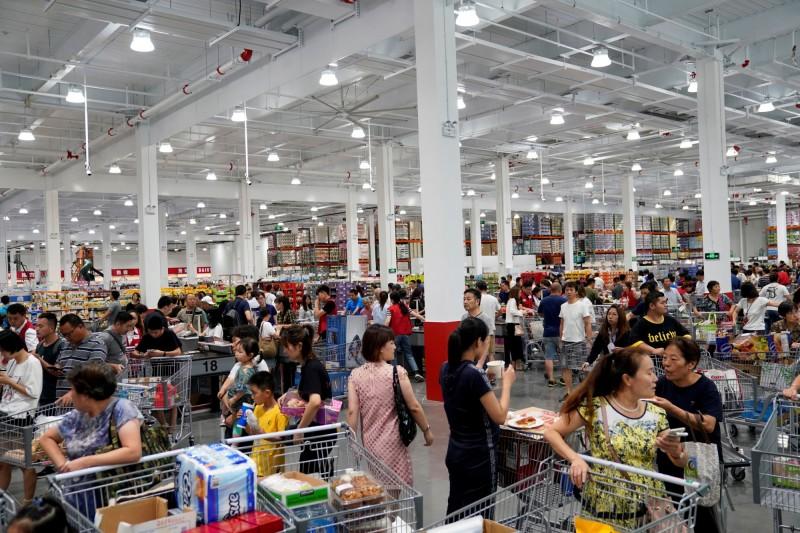 上海Costco吸引大量中國民眾,卻被爆出將台灣商品標註為「中國台灣」。(路透)