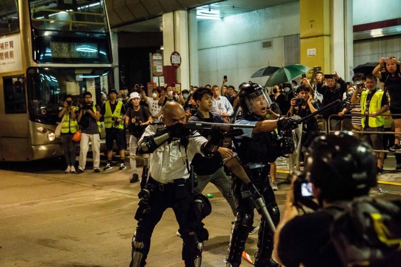 中國官媒《環球時報》昨刊文,指香港警隊部分警員被邀請於十一期間出席中國國慶慶典活動,其中含上月底示威者包圍葵涌警署時,持槍對民的「光頭警長」。(法新社)