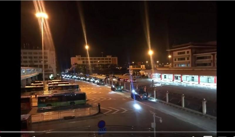 港民拍到解放軍進入香港市區。(圖擷取自YouTube畫面)